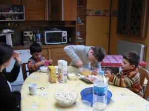 Robin et deux autres enfants préparent un gâteau