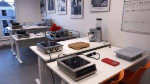 Les tables réglables en hauteur et quelques ustensiles de cuisine