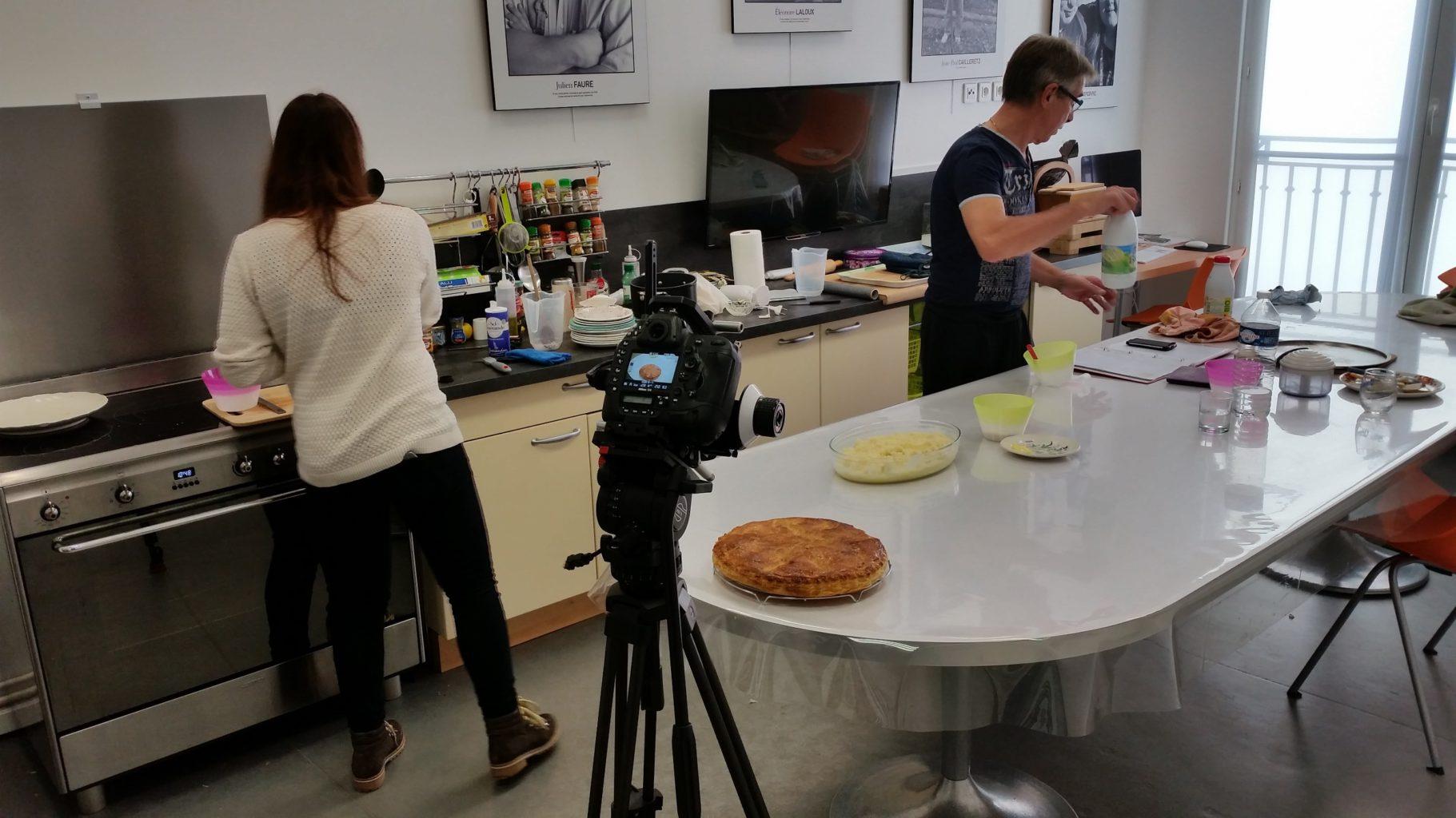 préparation cuisine vision d'une galette filmée via un appareil photo