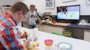 préparation d'un plat avec support vidéo sur la télévision