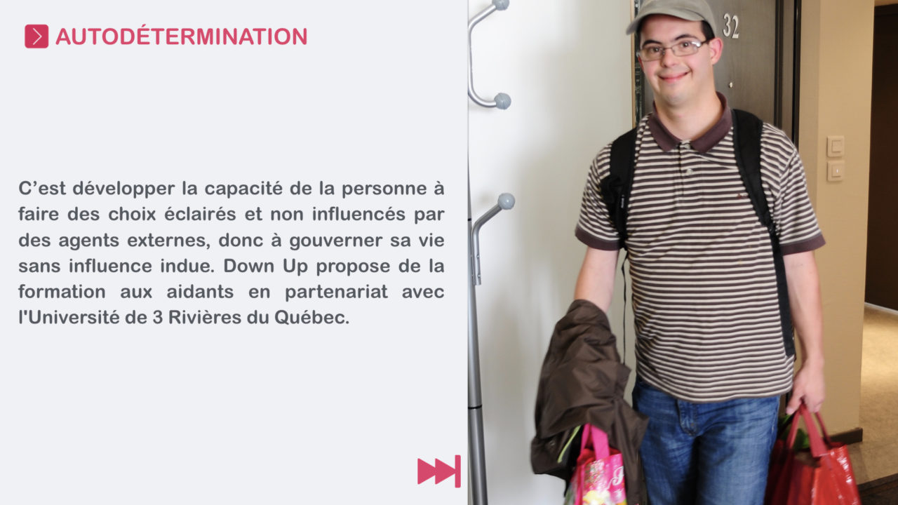 Gilles Emmanuel rentre chez lui, il porte des sacs de course