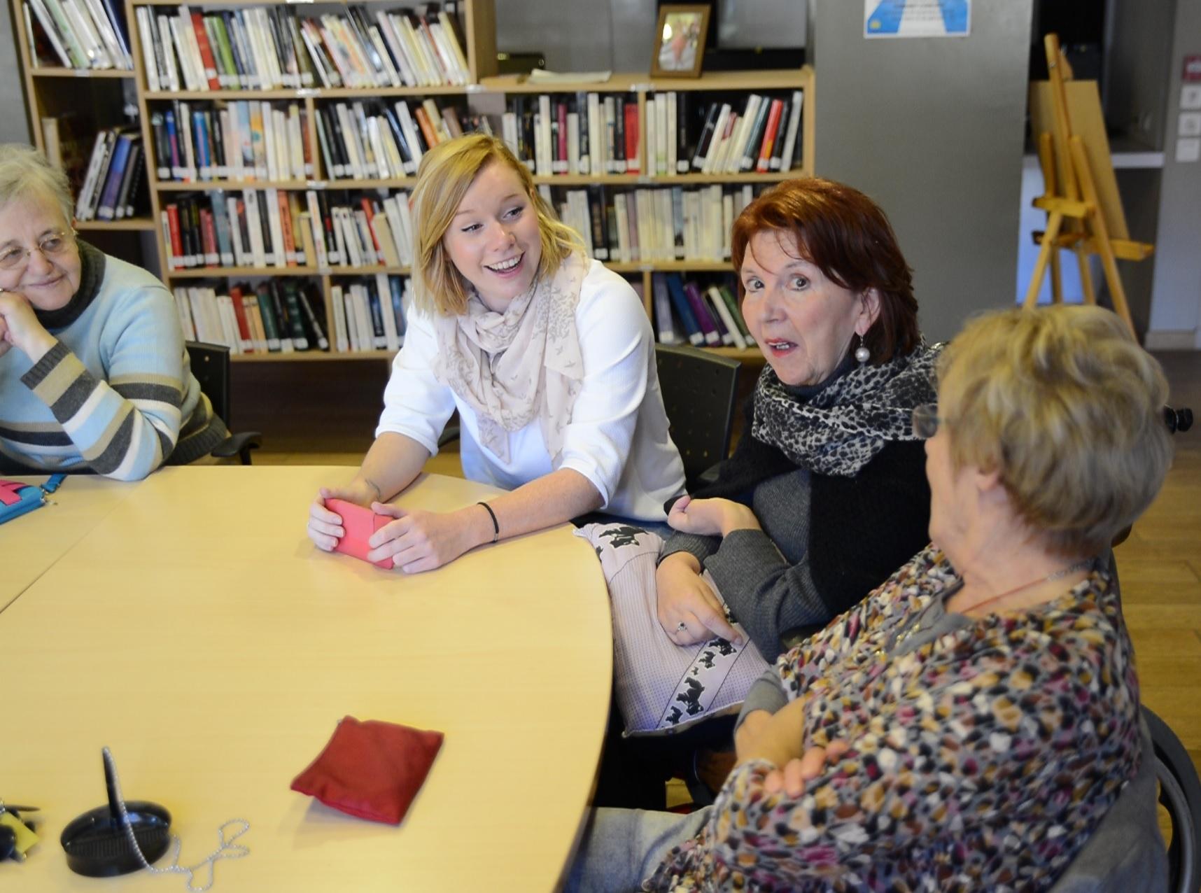 discussion entre une jeune femme en service civique et des personnes âgées
