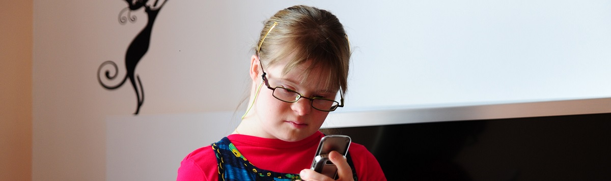 Stéphanie regarde son téléphone